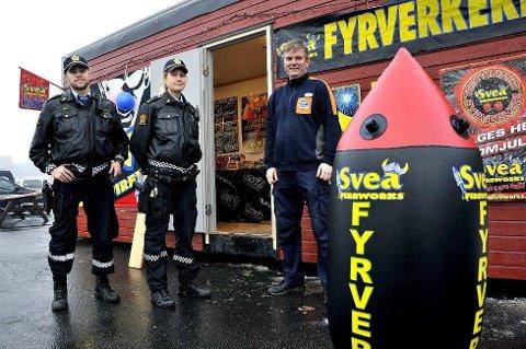SAMMEN: Politiet, her representert ved Sindre Evensen og Julie Dahl, har samarbeidet nært med selgerne av fyrverkeri for å sikre containere mot innbrudd. Det er varehussjef ved Coop Obs Bygg, Ole Johan Utklev godt fornøyd med.