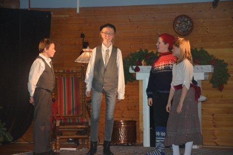 TIL MENNESKENE: Putti Plutti Pott (Henrik Hage) kommer, på magisk vis, til Onkel Per (Julie Dilauro), Petter (Andreas A. Karlsen) og Caroline (Jenny B. Olsen).
