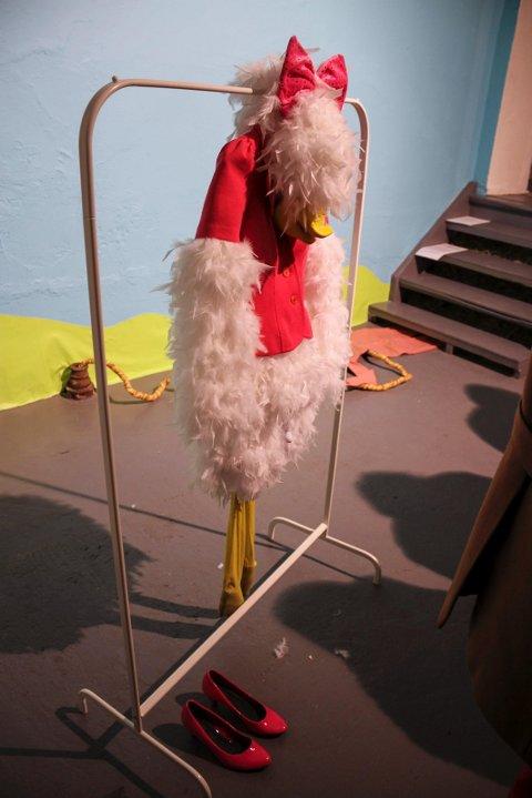 BARNEFIGURER:  «Ducks Don't Fly» er tittelen på den andre installasjonen i utstillingen til Anja Carr, som inkluderer kostymer av Disneys figurer Dolly og Donald, i samspill med en elektrisk barnebil som lekker olje utover gulvet.