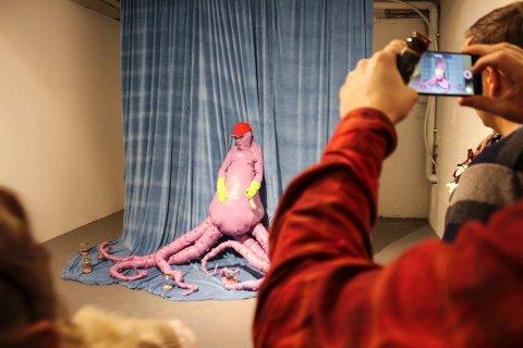 BLEKKULF: Mange lot seg fascinere av installasjonen «The dream of the octopus» lørdag kveld. Inne i Blekkulf-kostymet satt kunstneren Anja Carr, og etter live-opptredenen ble kostymer og rekvisitter liggende igjen i installasjonen som rester av hendelsen.