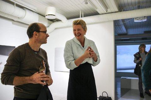BLE SENSURERT: Gitte Sætre tror ikke videoene hennes vil bli sensurert i Moss.  Her diskuterer hun kunsten med Jan Erik Beck under åpningen på House of Foundation.