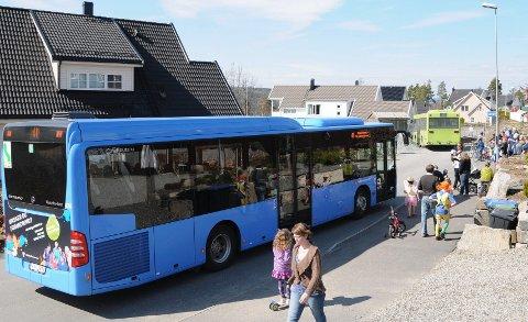 SPLITTET: Mange protesterte mot buss gjennom Sjøhagen mens andre ønsket bussen velkommen.