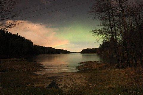 I 2015 sendte Lauren Lin oss dette bildet, tatt i Vansjø, da Lin var ute og gikk tur med hunden sin. I kveld og i natt kan du kanskje oppleve nordlyset over mossedistriktet igjen.