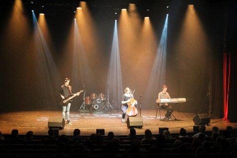The Venue gikk videre i sjangeren musikk/ballade/rock. Her står Elin Olsen Rødset (16), Fredrik Toverød (16), Kristoffer Moslått (14), Marius Andersen (16) og Thorbjørn Lund Onsaker (16) fra Våler på scenen i Parkteatret.