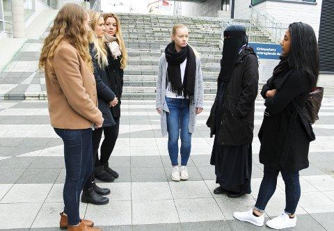 SJOKK: Den 18 år gamle jenta som ble kastet av bussen fordi hun brukte niqab får støtte av venninnene på Kirkeparken Fra venstre; Cassandra Deryckere, Synne Berthelsen, Elise Simonsen, Solveig Eugenie Sirén og Nazli Kerbelai. Begge foto: Eva Nyhaug