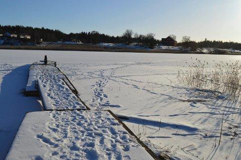 UTRYGG: Fotsporene viser at mange bruker Vansjøisen om dagen. Lørdag holdt det på å gå helt galt for en mann i 30-årene. Bildet er tatt ved Sperrebotn handel. (Foto: Eva Fretheim)