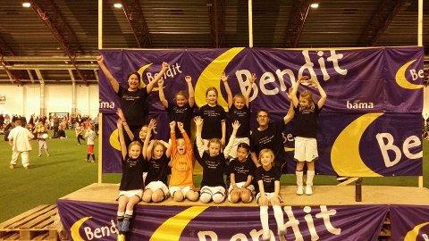 Jenter 06 er på Bendit-cup med Team Jakob t-skjorter.