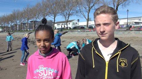 Strandryddedag: Herena Mahari og Sebastian Andresen synes det var fint å hjelpe til.
