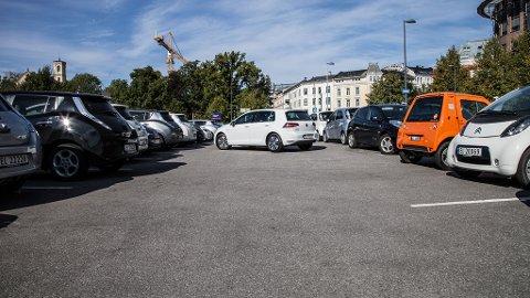 Fra nyttår er det slutt på at elbiler automatisk får parkere gratis på kommunale parkeringsplasser.