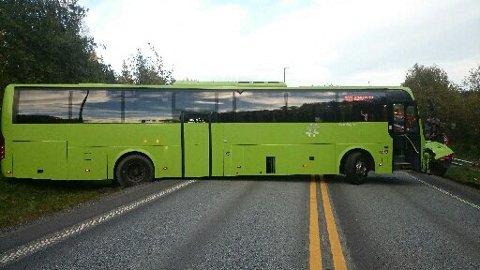 Slikt endte et forsøk på å snu bussen på riksvei 23 fredag ettermiddag.