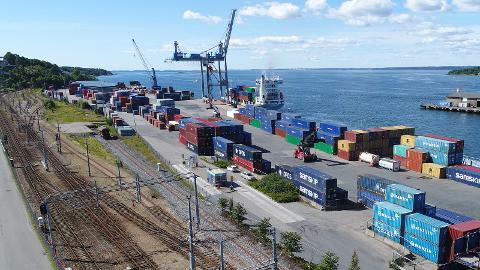 Når det åpenbart er svært mange ulemper ved å legge stasjonen på havneområdet, er det eneste ansvarlige å stoppe opp og utrede mulige alternativer, mener John Bilek.