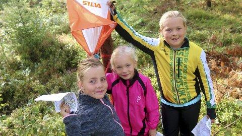 Strålte: F.v.: Sophie Elisabeth Brogård (8), Sunniva Edin Holmsen (7) og Emma Jacobsen (10) ga jernet underveis, men tok seg likevel tid til å stille opp et bilde ved første post. Alle foto: Joakim Bekkåsen