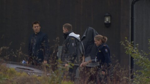 Politiet hade sperret av et stort område rundt hytta i forbindelse med befaringen.