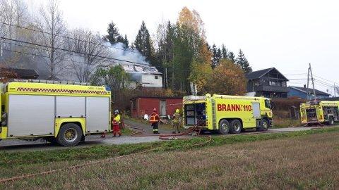 RØYK: Brannen brøt ut i et eldre hus i Slutningen i Hobøl.