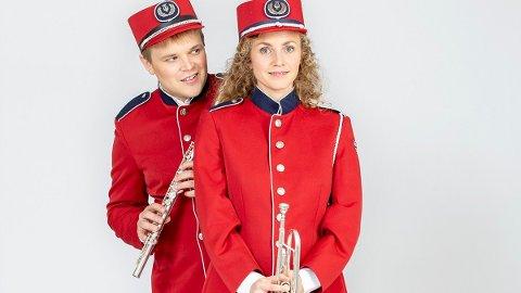 SKUESPILLERE: Martin Hovland og Ragnhild H. Myntevik spiller Emil og Silje i forestillingen «Korps», i tillegg til lokale korps på hvert spillested.