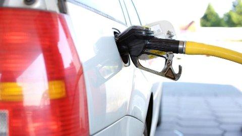 Det kan være fort gjort å fylle feil drivstoff på tanken. Hvis du oppdager det før du starter bilen, kan du spare deg for store kostnader. Særlig blir det fort dyrt hvis du fyller bensin på en moderne dieselmotor.