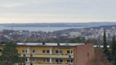 OBSERVERT: Ferja ligger stille i sjøen øst for Bastøy. Her sett fra Rygge.