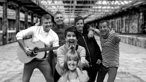 HOBO TRAIN: Bak fra venstre: Thomas Wold (vokal/gitar), Kenneth Jenssen (bass), Trygve Sandnes (gitar), Petter Kviltu (trommer), Kristin Skomakerstuen (vokal) og Laila Aarmo (vokal). (Pressefoto)