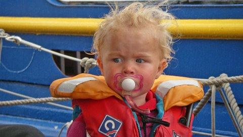 Det er viktig å sjekke at redningsvestene er i orden før båtsesongen setter inn for fullt, og hele familien drar ut på sjøen.