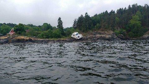 PÅ LAND: Denne båten har kjørt på land nord på Jeløy natt til lørdag.