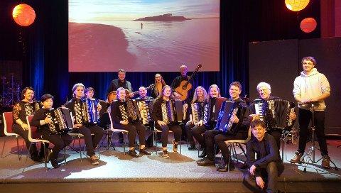HELAFTEN: Moss Spellemannskompani og dirigent Otto Kiss (foran) er klare for nyttårskonsert.