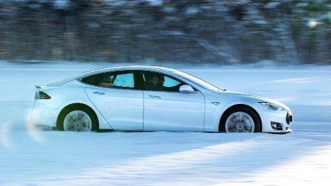 Den svenske Transportstyrelsen har gått ut med en erklæring om at de ikke vurderer å stoppe salget av Tesla i landet. Den opprinnelige nyheten vakte stor oppsikt.