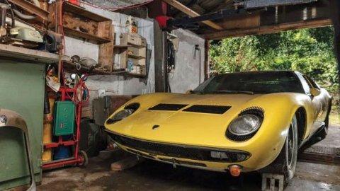 Her har den vakre bilen stått forlatt og ubrukt i mange år.
