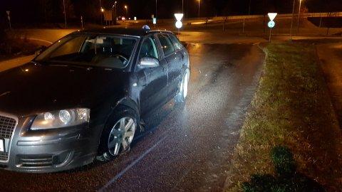 PUNKTERT: Dekket på bilen punkterte som følge av møtet med midtrabatten.