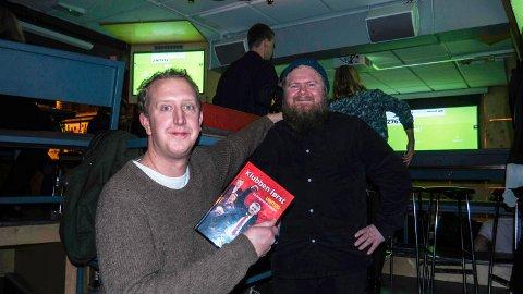 AKTUELL MED BOK: Mossingen Ken Wasenius-Nilsen (til høyre) har gitt ut boken «Klubben først – United fra Ferguson til Solskjær». Her ved siden av komiker og programleder Magnus Devold.