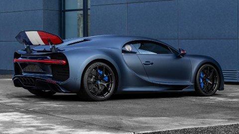 """Her er det bare å bøye seg i støvet for Frankrikes nye stolthet. Dette er Chiron Sport """"110"""" ans Bugatti – en svært eksklusiv jubileumsmodell som bare skal lages i 20 eksemplarer."""