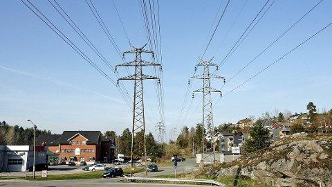 SKAL FLYTTES: Moss kommune har sendt ut en pressemelding der de blant annet varsler om støy i forbindelse med flytting tømmer mellom Patterødtjernet og E6 på lørdag.