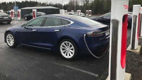 SUPERCHARGER V3: Tesla har annonsert den neste generasjonen hurtigladere. Supercharger V3 har en effekt på 250 kW, og kan under ideelle forhold levere 120 km ekstra rekkevidde på fem minutter. Bildet viser V2-laderne ved Rygge.