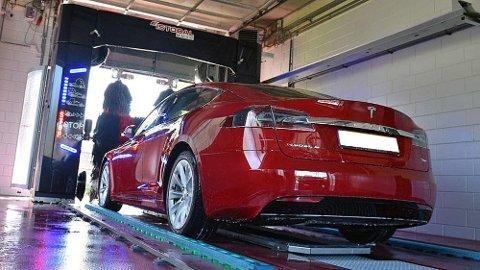 Her er en Tesla i ferd med å bli vasket . Så er da også Tesla merket med uoffisiell Norgesrekord i ren bil.