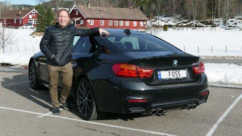 Kolbjørn Kristoffer (etternavnet gjetter du sikkert hvis du tar en titt på skiltet) har allerede eid 78 ulike biler. Her står han foran det som hittil er favorittbilen, en BMW M4.