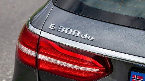 E300de betyr noe sånn som «E-klasse diesel-elektrisk med ytelse som tilsvarer en 3-liters motor».