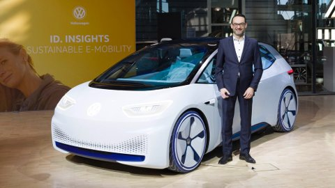 VOLKSWAGENS NYE ELBIL ID: Christian Senger er produktsjef for VW-avdelingen E-Mobility. Her står han sammen med en konseptutgave av elbilen ID.