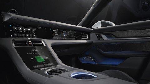 Porsche sparer ikke på noe med interiøret i sin første elbil: Taycan. Her blir det mange skjermer. Merk også den helt nye skjermen som er plassert i dashbordet, foran passasjersetet.