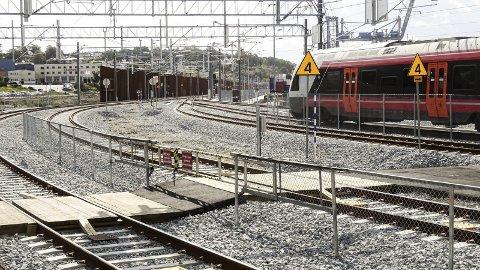 Nok er nok:  Dagens kronikører ber mossingene akseptere at det ikke vil bli utredet en alternativ jernbanelinje gjennom Moss. foto: espen Vinje