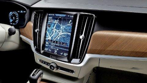 Stadig flere funksjoner styres på mange biler fra infotainmentskjermen i midkonsollen. Det øker også faren for at man tar fokus bort fra selve bilkjøringen.