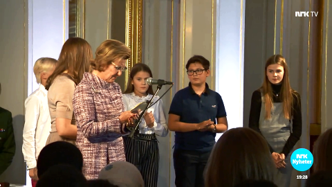PÅ SLOTTET: Christian Mathias Andresen (i mørkeblått i midten) fra CIS Moss lyttet til talene til Hennes Majestet Dronning Sonja og Hennes Kongelige Høyhet Prinsesse Ingrid Alexandra.