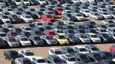 Dieselgate har fått enorme konsekvenser for Volkswagen. I USA sitter de nå på enorme lagre med biler de har kjøpt tilbake. Og i Tyskland starter nå massesøksmålet som hele 430.000 bileiere står bak.