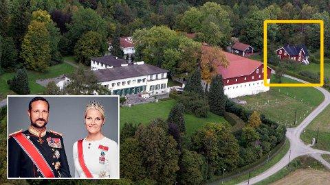 HER KAN DU BO:Kronprinsparet bor i det store hvite hovedhuset på Skaugum, mens det røde huset ved siden av leies ut.