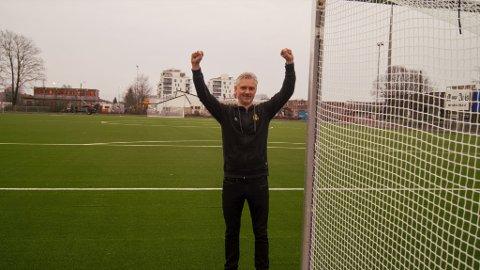 GLEDER SEG: Moss FKs daglige leder, Runar Borgersen, nyter allerede synet av den oppussede kunstgressbanen så å si hver dag. Snart kan spillerne prøve den.