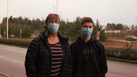 Wenche Gulbrandsen og sønnen Melvin var blant de som testet seg på Rygge mandag.