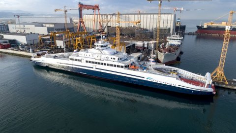 Bastø Electric før avreise fra Sefine i Tyrkia. Ferja bruker sine egne dieselgeneratorer og går nå for egen maskin til Norge.