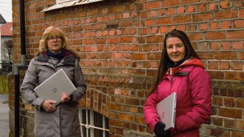 Torill Sørenssen (t.v.) og Irina Mihălcuț ønsker å hjelpe rumenske barn som ikke får deltatt på nettundervisning.