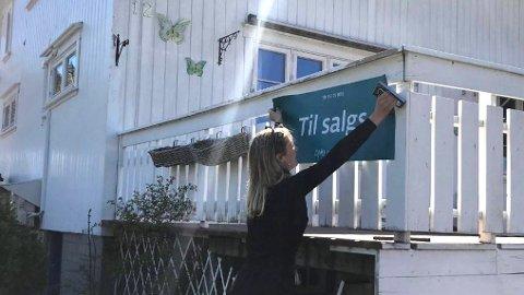 Fart i markedet: Dnb Eiendom forteller at boligmarkedet i mai så langt har vært nesten like bra som fjoråret, som var tidenes beste. Her  klargjør eiendomsmegler Maia H. Jensen en bolig i Åmli i Agder.