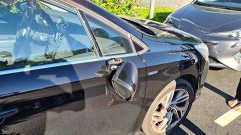DYR SKADE: Drøye 8000 kroner kostet det Kari Jenseg og ektemannen å kjøpe et nytt sidespeil til bilen, etter at speilet på bildet ble sparket av.