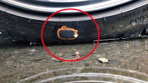 Et bildekk lappet med lappesaker beregnet for tråsykkel, det er virkelig ikke bra.