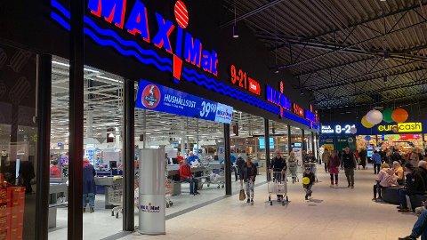 Det var køer av nordmenn i Töcksfors onsdag, og kjøpesentrene for Harryhandelventer storinnrykk også i dag. Foto: Halvor Ripegutu